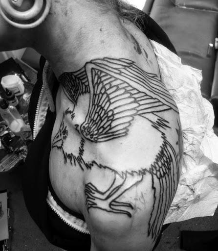 Aguia de desenhos de tatuagem para homens e mulheres no Ombro