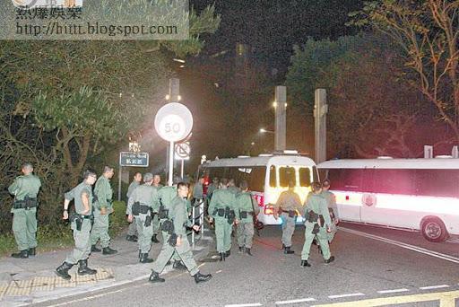 警員亦進入中文大學校園擴大封鎖範圍。