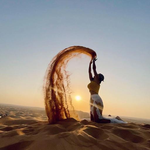 Brasileira faz topless no deserto de Dubai e sofre ameaças