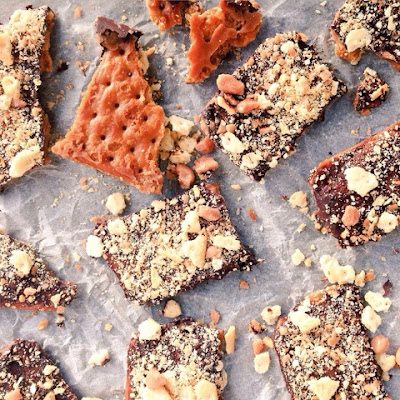 chocolate bark, chocolate, salted caramel, saltines, Christmas food, food gifts, seasonal recipes, caramel, holiday baking, cookies, biscuits, tea time treats, salty sweet, dark chocolate, easy cookies, recipes, food bloggers,  sweet treats, homemade sweets,
