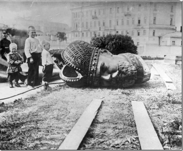 Снятие_памятника_Александру_III_в_Москве._1918_г.