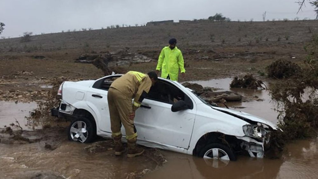 Two men in Oman died after their car was swept away in heavy flooding caused by rains in the aftermath of Cyclone Mekunu, 26 May 2018. Photo: Times of Oman