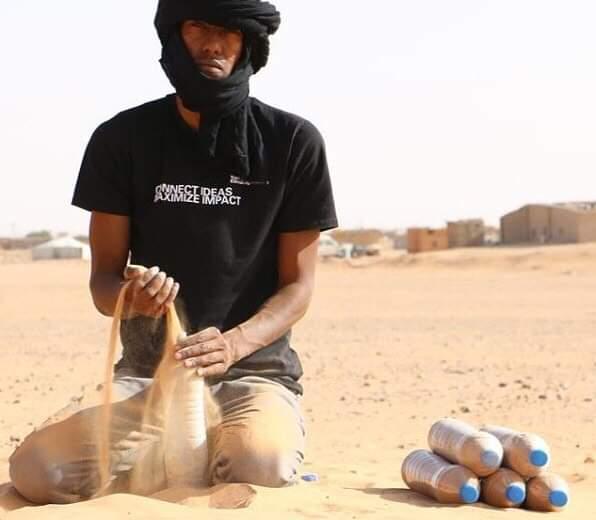 Tateh Lehbib es un refugiado de 29 años que se propuso construir en el desierto de Sáhara casas con botellas de plástico rellenas de arena. Conoce mas aquí.