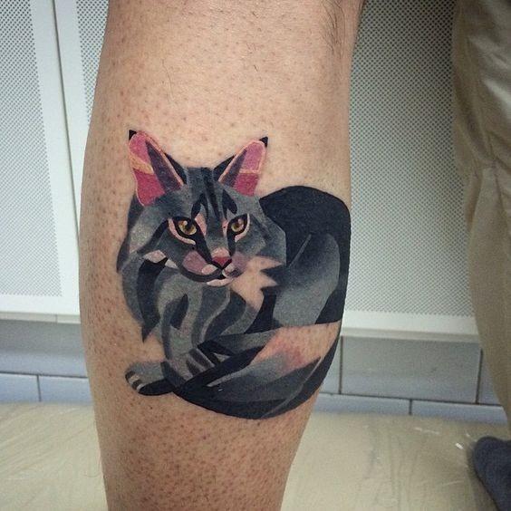 gato_cinzento_bezerro_de_tatuagem