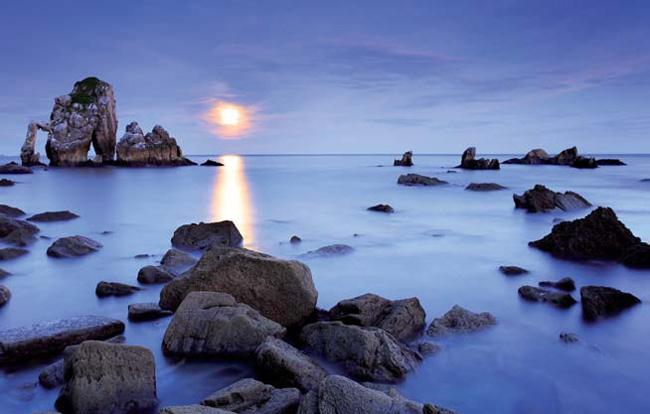 Imagen de un atardecer sobre el mar en calma