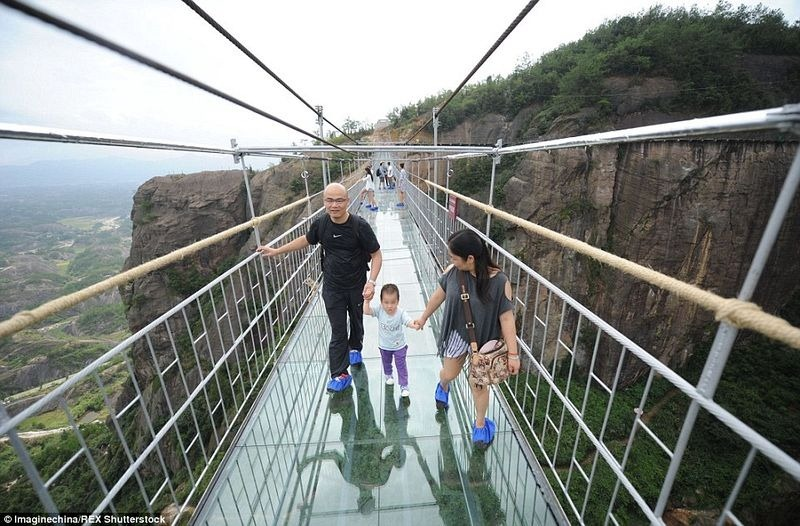 glass-suspension-bridge-china-1