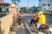 Sat Binmas Polres Soppeng Bagi-Bagi Takjil Kepada Pengendara Yang Melintas Depan Polres