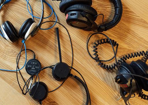 Kopfhörer auf Tisch