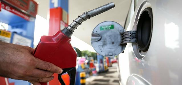 Gasolina sobe 3,3% em uma semana e já custa R$ 7 em seis estados.
