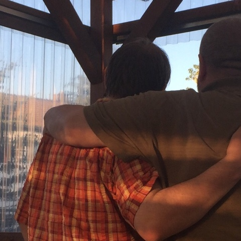 Männer umarmen sich