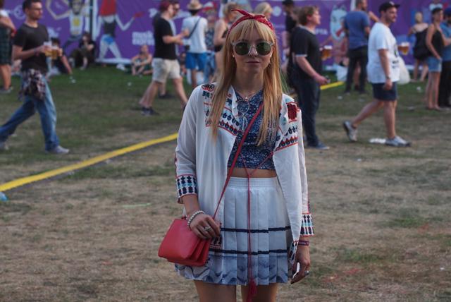 2dc771b850e1 Pro první den jsem svolila světlý outfit v podobě vintage sukně a lehkého  topu doplněný o šifonový přehoz. Můj oblíbený festivalový doplněk je šátek  ve ...