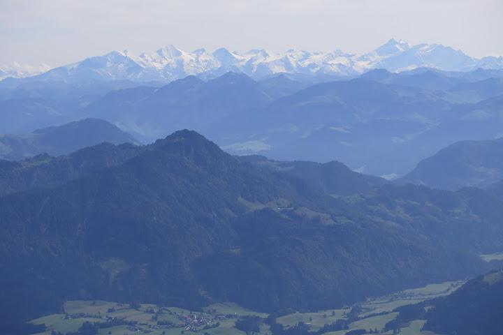 Östlich des Geigelsteins sind schneebedeckte Gipfel zu sehen