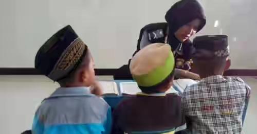 Di Tengah Kesibukan Sebagai Polisi, Bripda Marlita Selalu Sempatkan Mengajar Ngaji Anak Anak Miskin dari Rumah ke Rumah