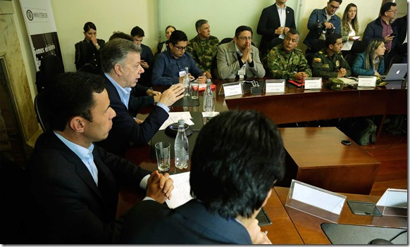 El Presidente Santos durante su visita al Ministerio del Interior, en Bogotá, donde verificó el desarrollo normal de la jornada electoral en el país, en compañía del Ministro Guillermo Rivera.
