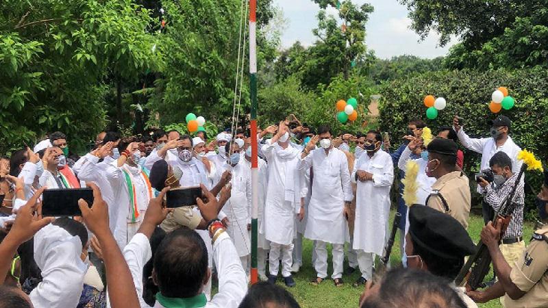 स्वतंत्रता दिवस: LJP कार्यालय में चिराग पासवान ने फहराया तिरंगा.