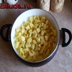 Картофель нарезаем на куски
