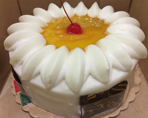 It S A Vanilla Cake With Mango Mousse Filling And Topped Fresh Mangoes Peaches Wrapped Around Chocolate Bars Hints Of Cheese Making