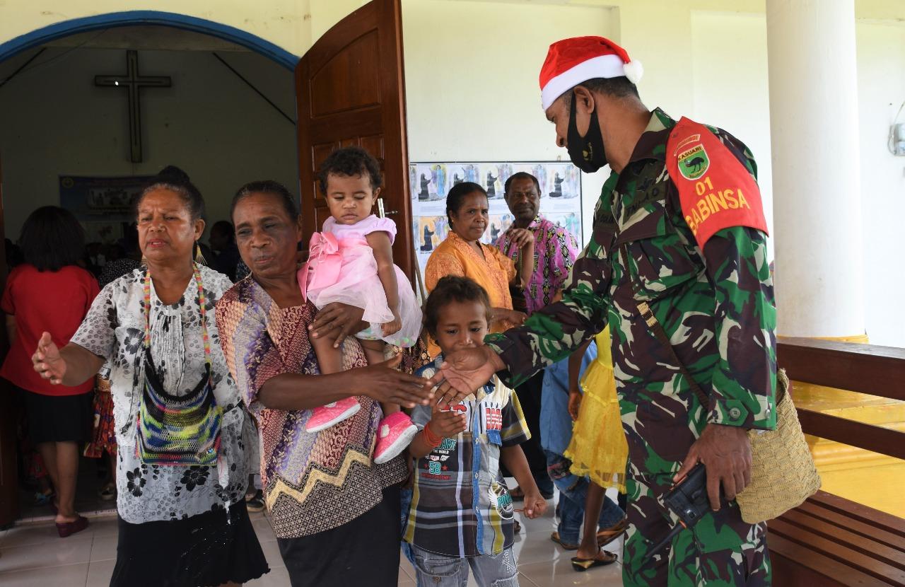 Bulan Kasih Papua Barat, Kodam XVIII/Kasuari Bagikan Bingkisan ke Jemaat Gereja