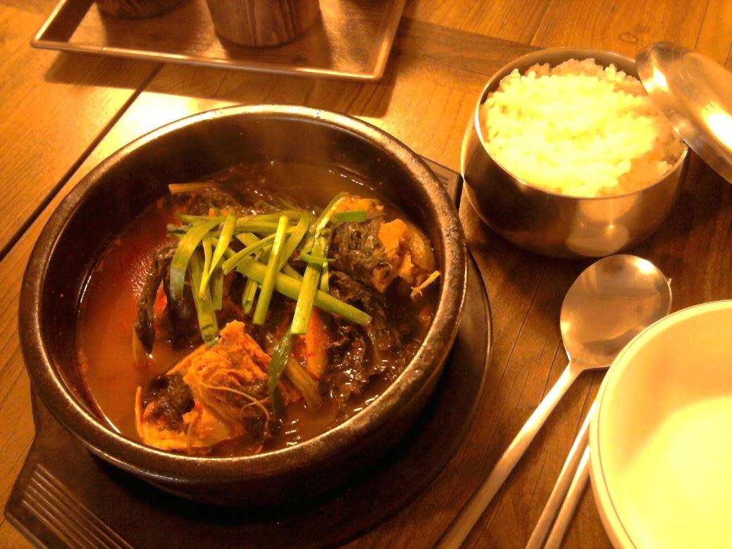 Ta ypatinga kino užsakyta sriuba. Nuvalgiau šiek tiek mėsos nuo kaulo ir tiek. Na ir teko džiaugtis skaniais ryžiais.