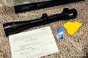 В коробке: прицел с защитными крышками на резинке, инструкция на английском (не от этого прицела), салфетка, запасная батарейка