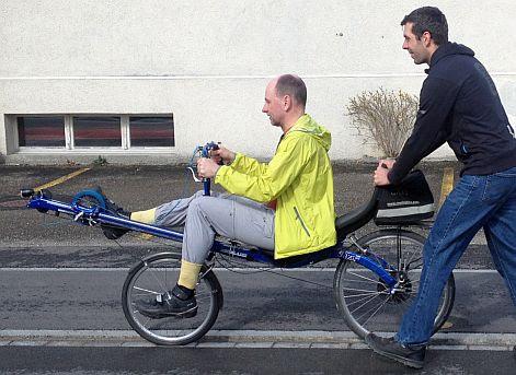 Johann schiebt Chris on the Bike an auf der ersten Fahrt mit dem Ruder-Rad