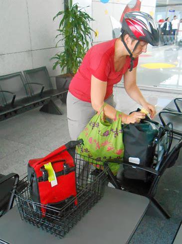 Miri mit Ortlieb-Taschen am Frankfurter Flughafen