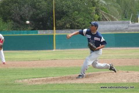 José Leza Montemayor lanzando por Mineros de Vallecillo en el beisbol municipal