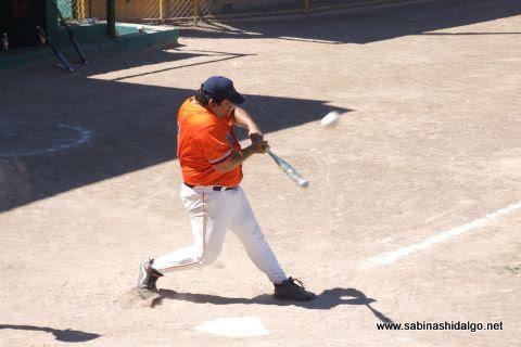 Víctor Hugo Chávez de Burócratas A en el softbol dominical