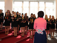 23 A Selye János Egyetem kórusa énekelte a szlovák és az Európai Únió Himnuszait.jpg