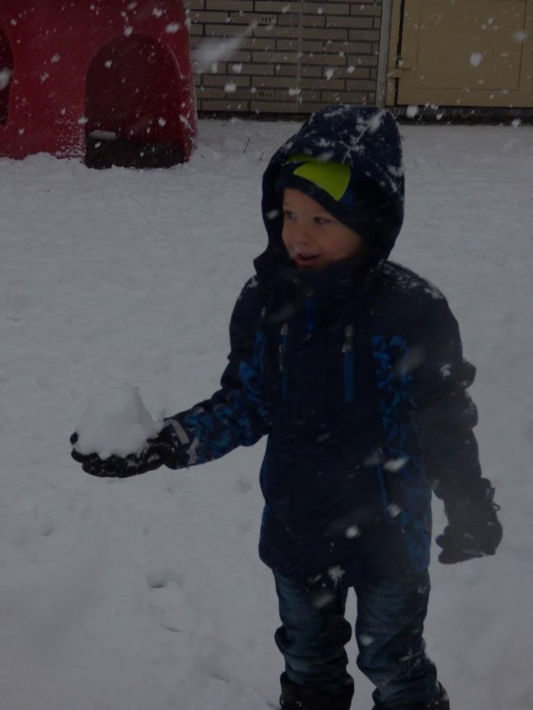 Spelen in de sneeuw - P1060674.JPG