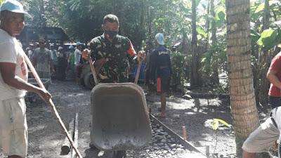 Babinsa Poncosari Gotong royong Corblok Jalan Desa Binaan