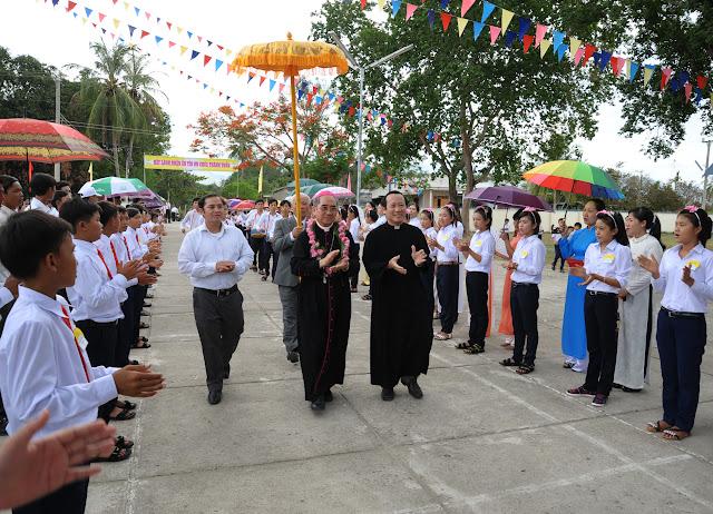 Hình ảnh ban bí tích thêm sức tại Giáo xứ Phú Phong vào lúc 15g00 ngày 13.7.2015