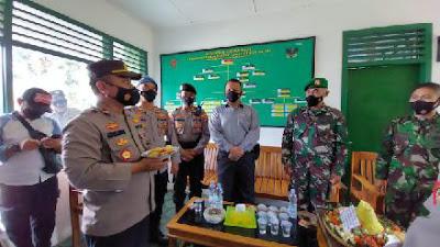 Ucapkan HUT TNI, Kapolres Tanggamus Berikan Bantuan Semen untuk Mushola Koramil Cukuh Balak