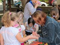 6. A gyermekek sorban álltak, hogy egy kis testfestéssel ékesítsék kezüket.JPG
