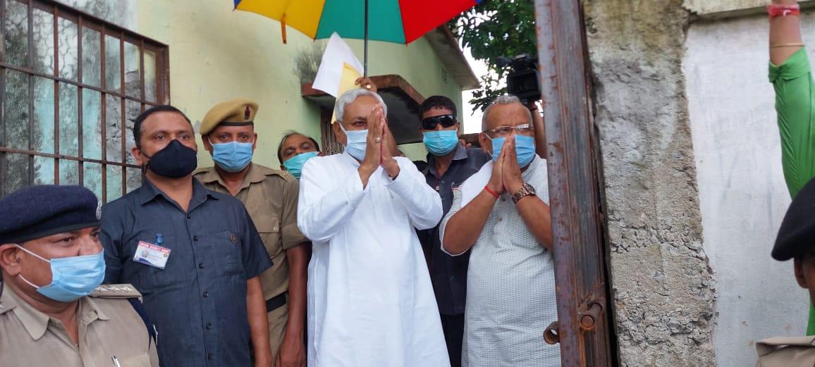 मुख्यमंत्री नीतीश कुमार ने बरारी  के  बीएम कॉलेज में बना राहत शिविर का किया निरीक्षण,बाढ़ पीड़ितों का लिया जायजा