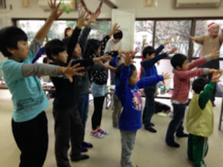 書道教室のクリスマス会で子供たちが参加してのマジック