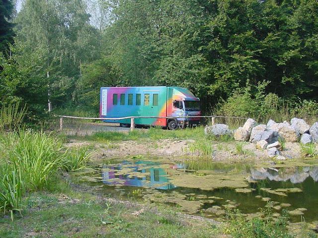 Umweltmobil an stehendem Gewässer