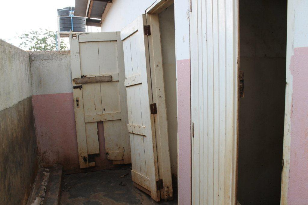 Bezoek nov./dec. 2011 - Bouw Toilet - Toilet%2Bmeisjes.jpg
