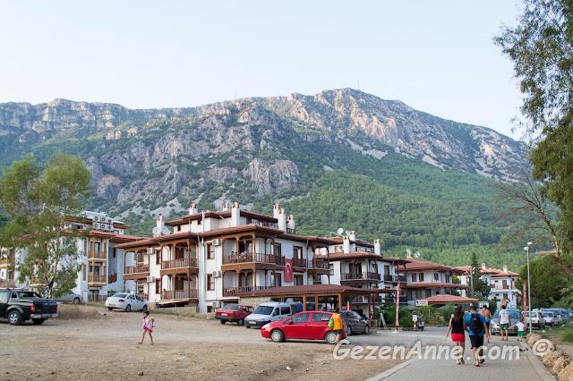 azmak kıyısından giden yol ve bol miktardaki apartlar, oteller, Akyaka