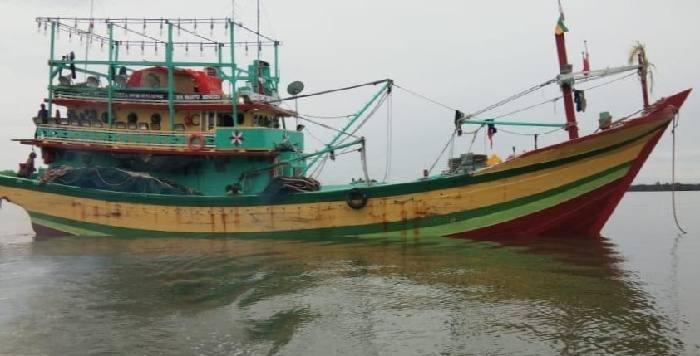 ABK KMN Wahyu Ningsih, Jamaludin (50) meninggal di dalam kapal saat berlayar ke Pulau Lumu-Lumu di perairan selat Makassar. Kapal nelayan ini berangkat dari Jatim, pada Senin (28/12) tadi.