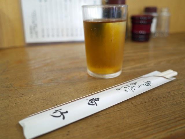 鳥竹と書かれた割り箸入れとお茶