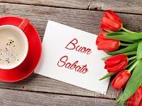 buon sabato immagine con frase aforisma taazza caffe tulipani fiori rossi.jpg