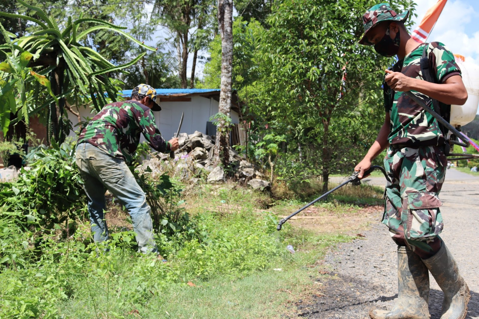 Wujud Kemanunggalan TNI, Ade Bantu Warga di Lokasi TMMD