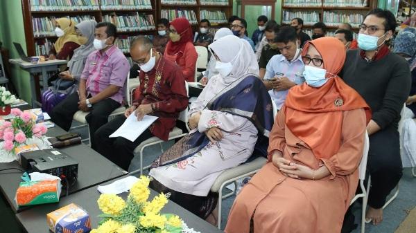 Perpustakaan Adinegoro Kota Sawahlunto Memberikan Hadiah Kepada Para Pengunjung Yang Teladan