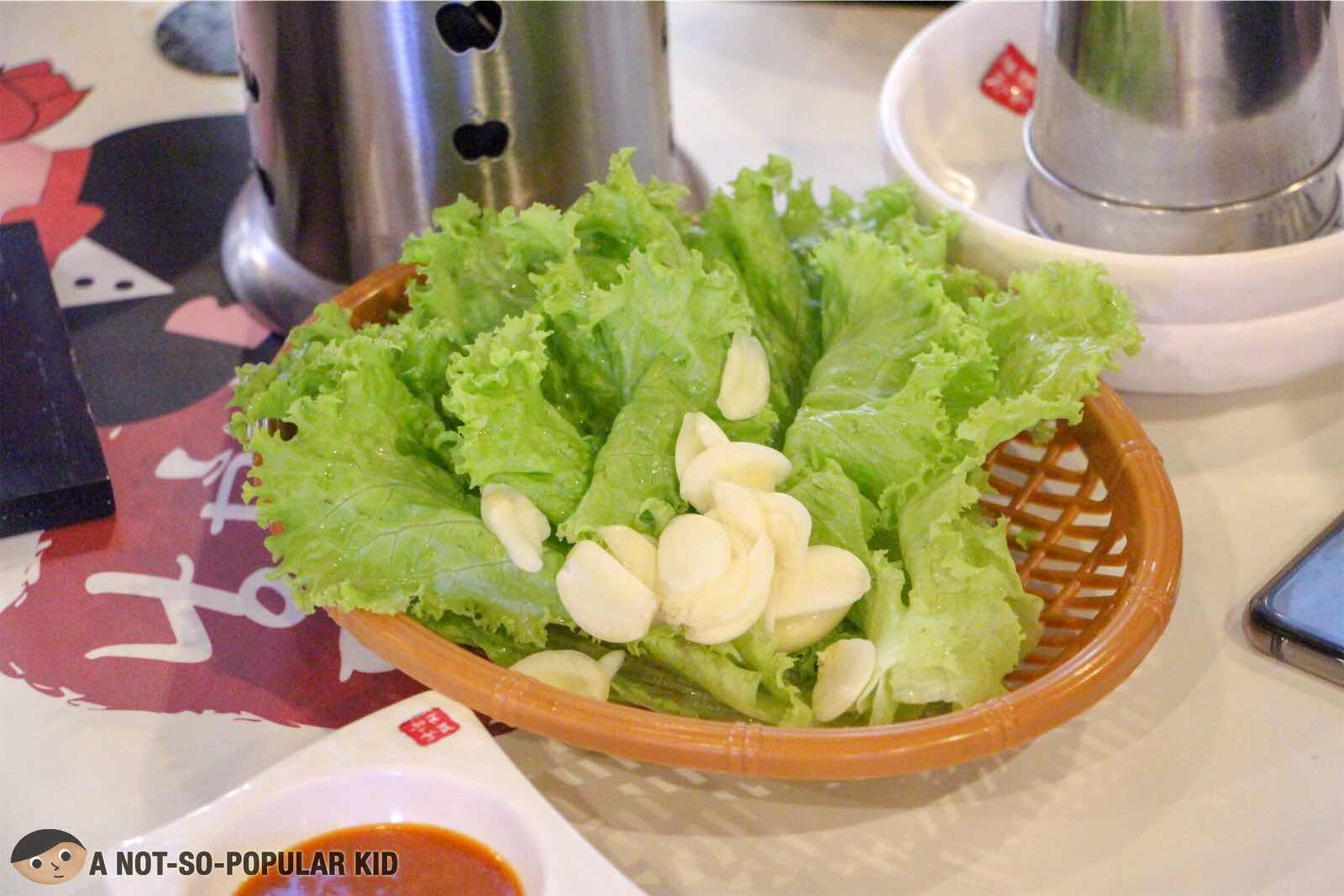 Unlimited lettuce and garlic for samgyupsal in Romantic Baboy