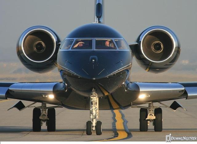 Chuyên cơ của ông là chiếc Global Express BD-700 do Bombardier chế tạo. Đây là thương hiệu dẫn đầu trong lĩnh vực chế tạo máy bay tư nhân sang trọng. Chiếc phi cơ có giá 45 triệu USD.