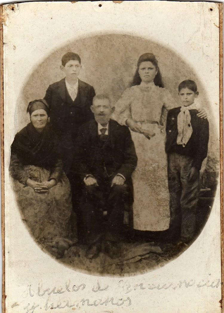 Encarnación García (muyer de Malén) con os sous hermaus y os sous bolos, Na Caridá en 1899. Memoria Digital de Asturias. Enviada por Malén (III).jpg