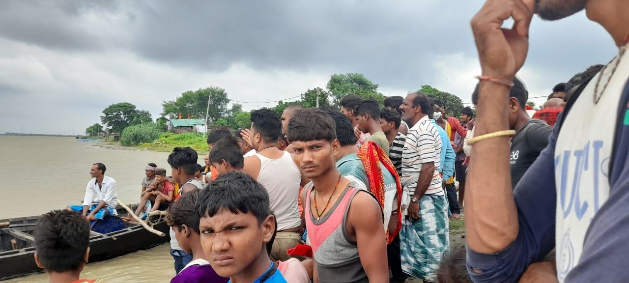 भागलपुर  में बड़ा हादसा नाव डूबने से 4 लोग लापता , 6 लोग तैर कर निकल बाहर ...
