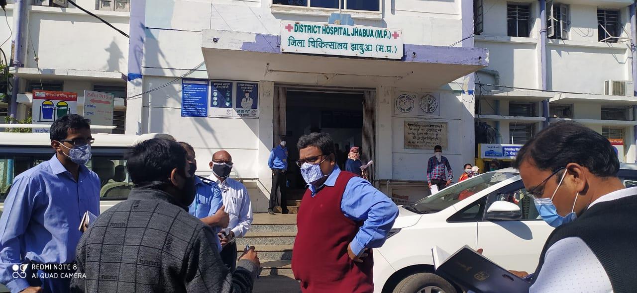 Jhabua News-  संभाग आयुक्त डाॅ. पवन शर्मा ने जिला चिकित्सालय का औचक निरीक्षण किया