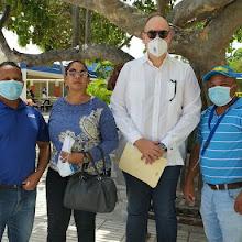 Senador José del Castillo entrega ayuda a las alcaldias de Polo y Las Salinas